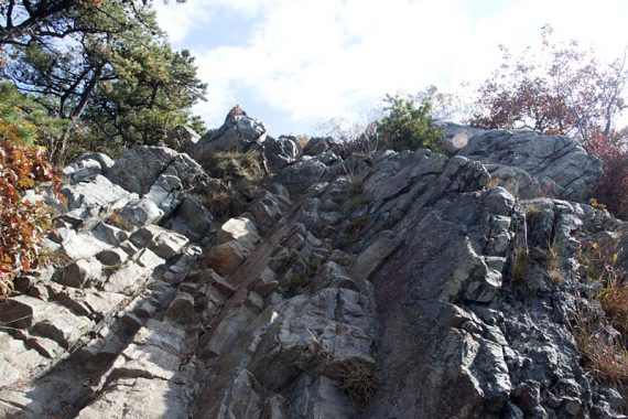Looking up the rock scramble on Mount Tammany