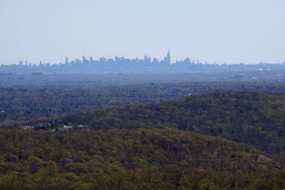 Zoom into NYC skyline from Ilgenstein Rock